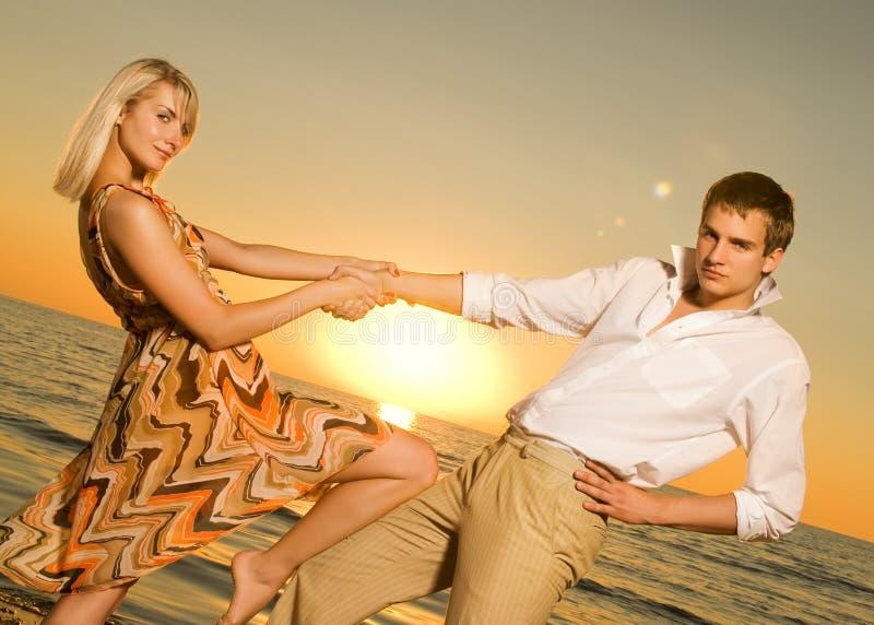 Paar dat dichtbij de oceaan danst royalty-vrije stock foto's