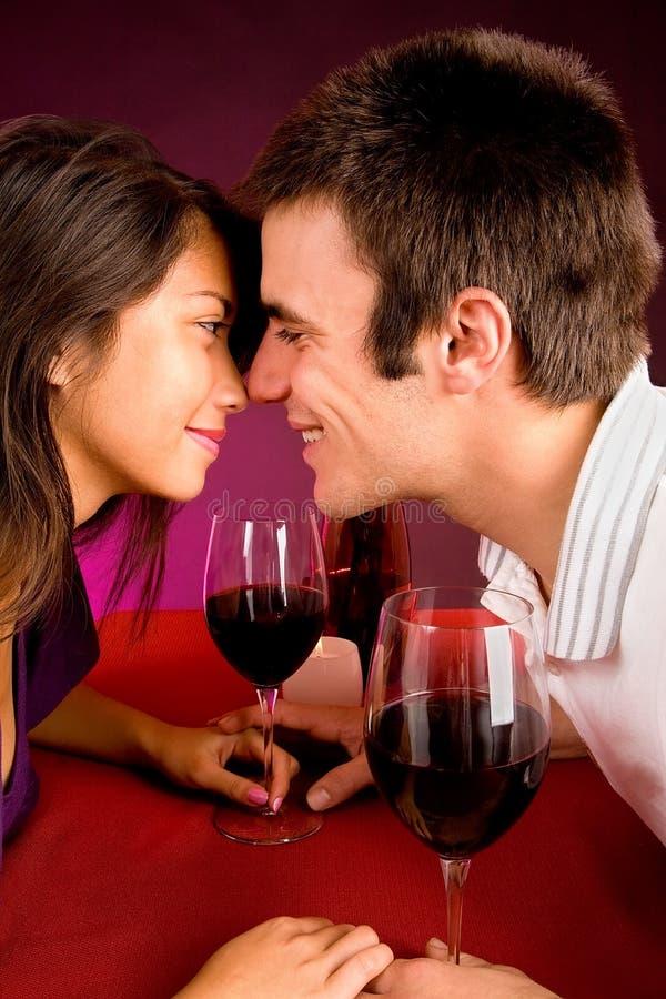 Paar dat dichter terwijl het Hebben van Wijn wordt royalty-vrije stock afbeelding