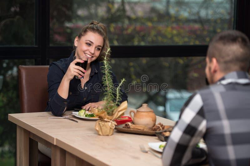 Paar dat diner in een restaurant heeft royalty-vrije stock afbeeldingen