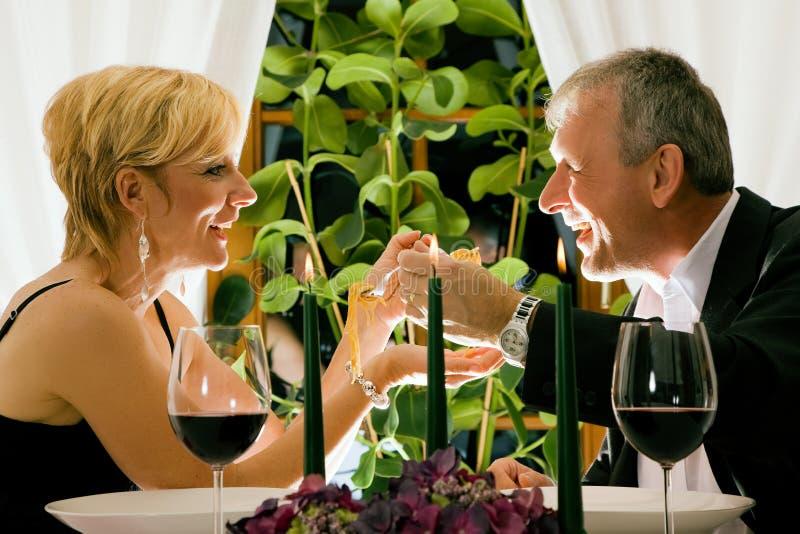Paar dat diner in restaurant heeft stock afbeeldingen