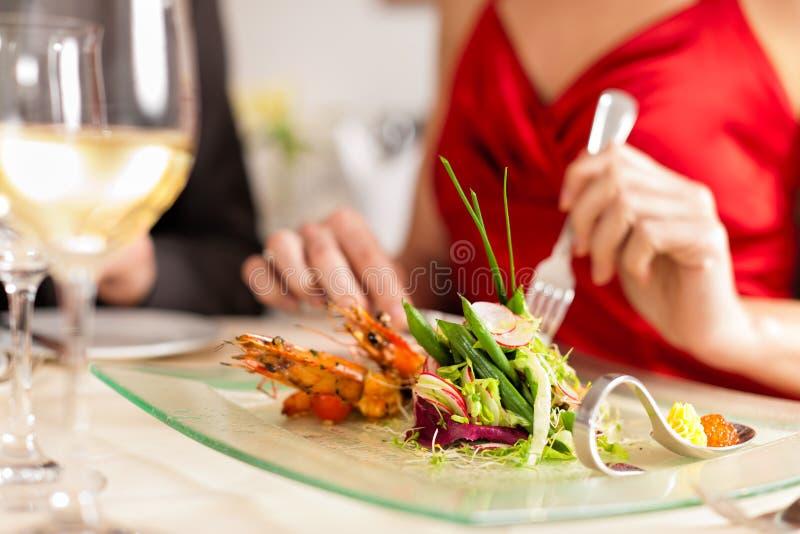 Paar dat diner in zeer goed restaurant eet stock fotografie
