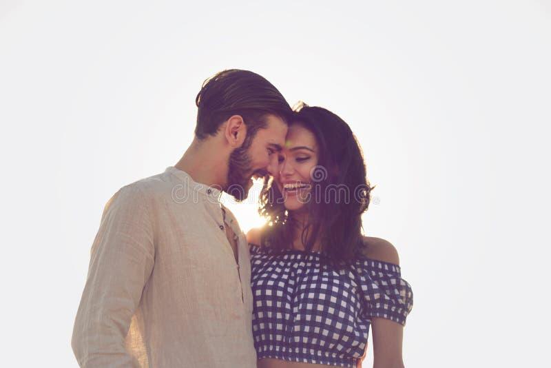 Paar dat door Reiger loopt Jong gelukkig tussen verschillende rassen paar die op strand glimlachende holding rond elkaar lopen royalty-vrije stock foto's