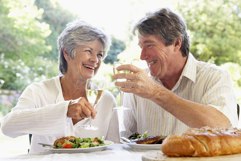 Paar dat een Al Maaltijd van de Fresko eet stock foto's