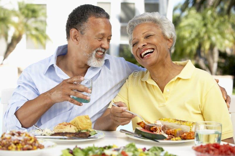 Paar dat een Al Maaltijd van de Fresko eet stock afbeelding