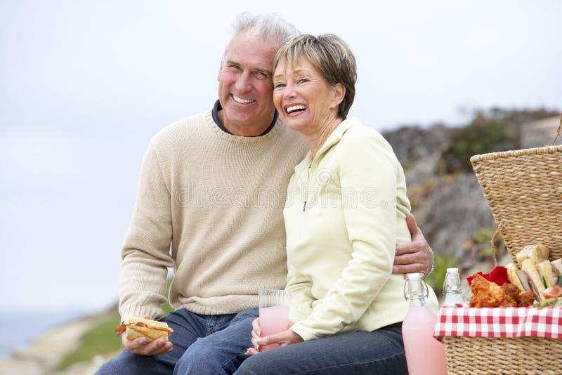Paar dat een Al Maaltijd van de Fresko eet bij het Strand stock afbeeldingen