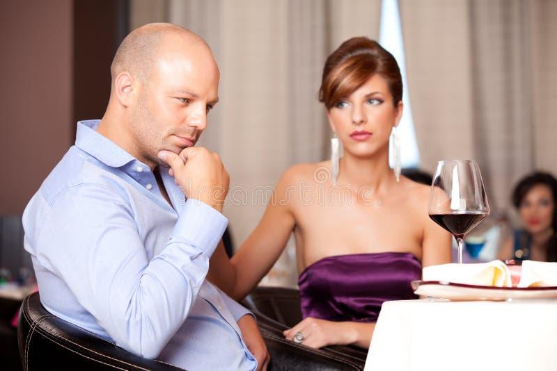 Paar dat een argument heeft bij restaurantlijst royalty-vrije stock foto's