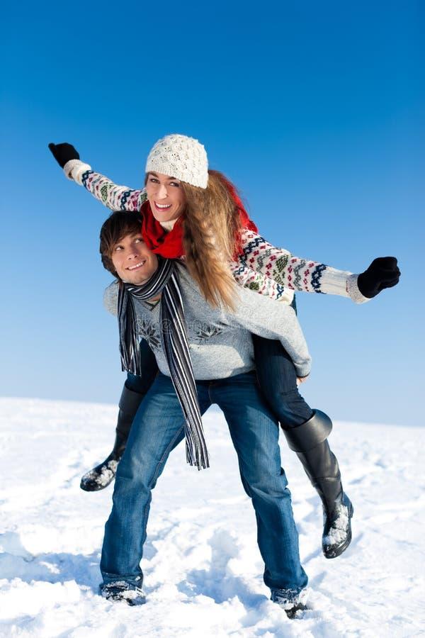 Paar dat een de wintergang heeft royalty-vrije stock foto's