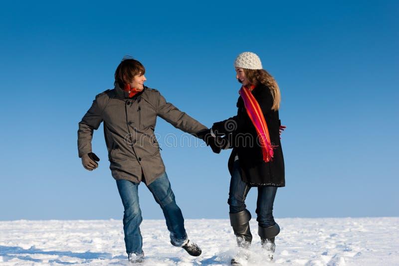 Paar dat een de wintergang heeft royalty-vrije stock foto