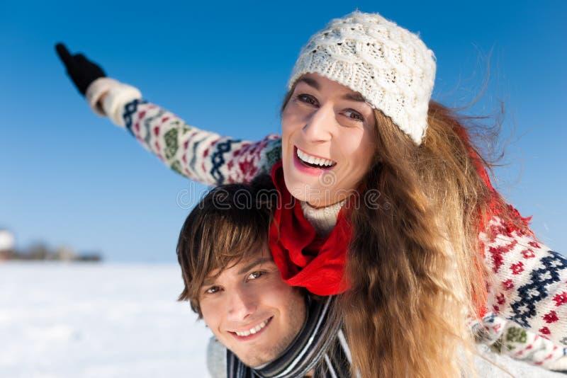 Paar dat een de wintergang heeft royalty-vrije stock afbeelding