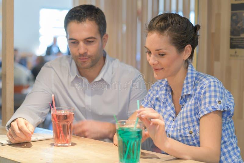 Paar dat een drank heeft royalty-vrije stock foto