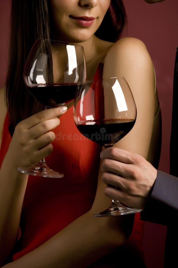 Paar dat een glas rode wijn deelt stock afbeeldingen