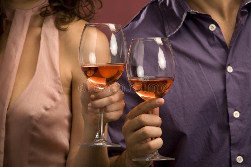 Paar dat een glas rode wijn deelt stock fotografie