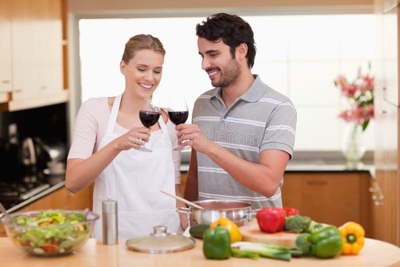Paar dat een glas wijn drinkt royalty-vrije stock afbeeldingen