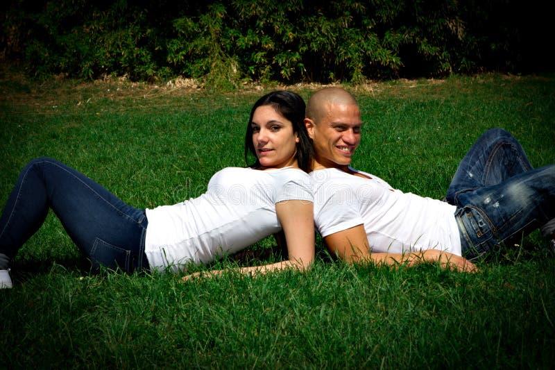 Paar dat in een park glimlacht stock foto