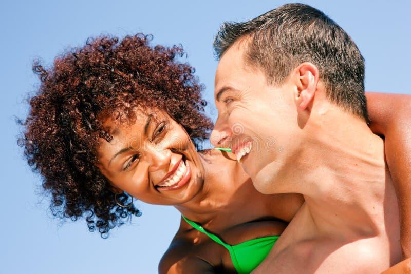 Paar dat - elkaar op strand koestert stock foto's