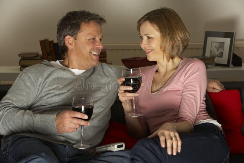 Paar dat en het Drinken Wijn ontspant stock fotografie