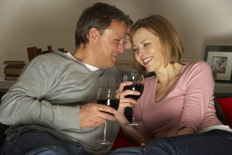 Paar dat en het Drinken Wijn ontspant royalty-vrije stock fotografie