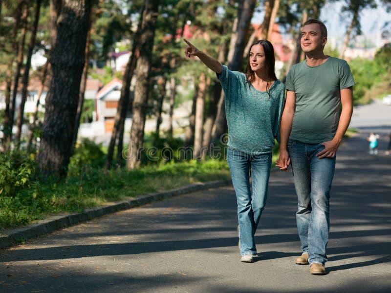 Paar dat in het park loopt stock afbeeldingen