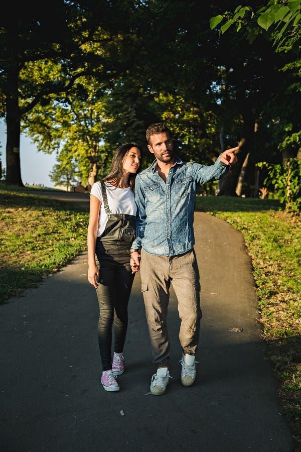 Paar dat in het park loopt royalty-vrije stock afbeeldingen