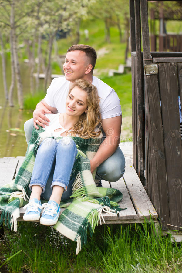 Paar dat in het park rust royalty-vrije stock afbeeldingen