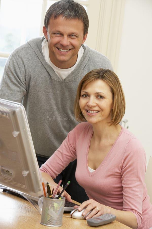 Paar dat het Scherm van de Computer bekijkt stock foto