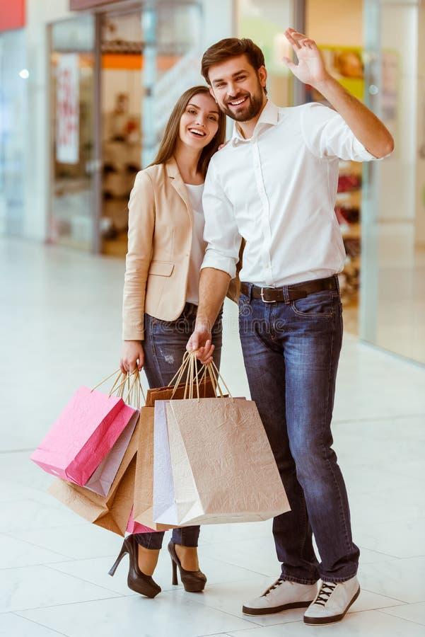 Paar dat het winkelen doet royalty-vrije stock fotografie