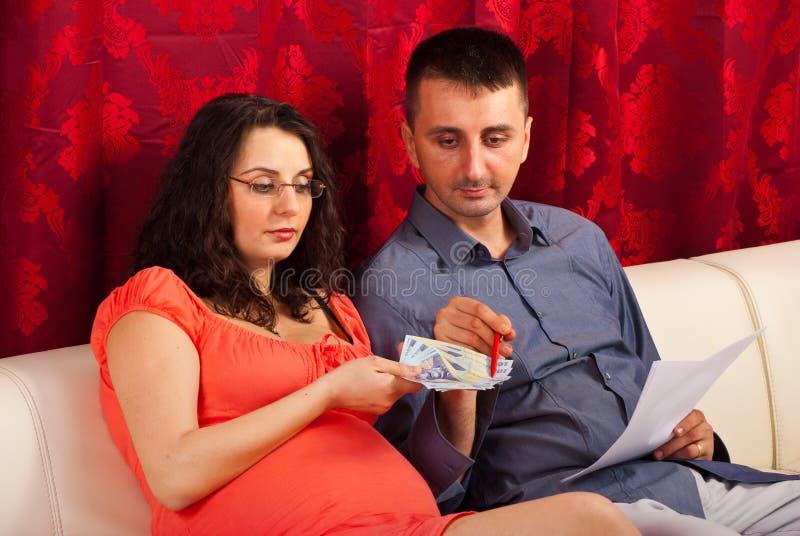 Paar dat hun geld telt stock afbeeldingen