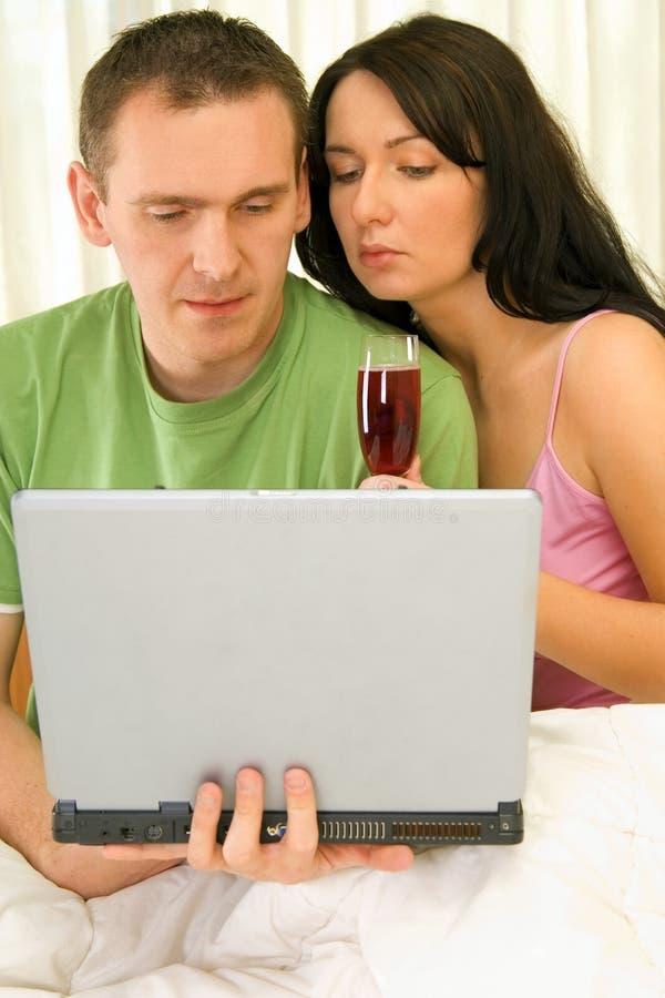 Paar dat Internet doorbladert stock afbeeldingen