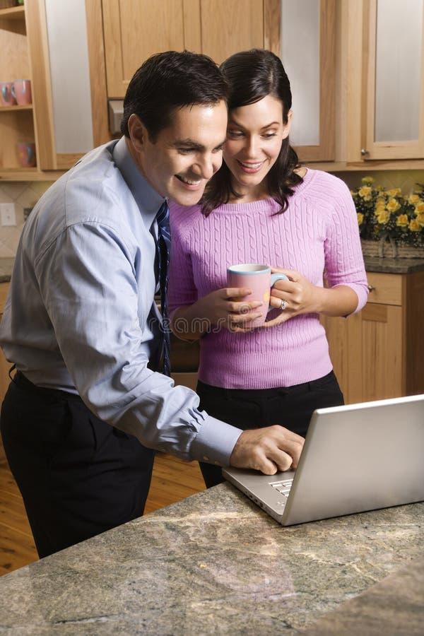 Paar dat laptop bekijkt. royalty-vrije stock afbeelding