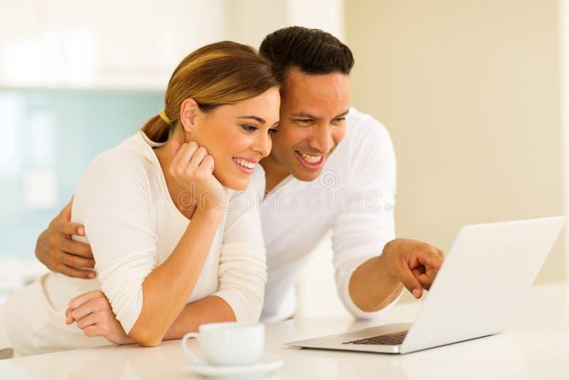 Paar dat laptop computer met behulp van stock foto