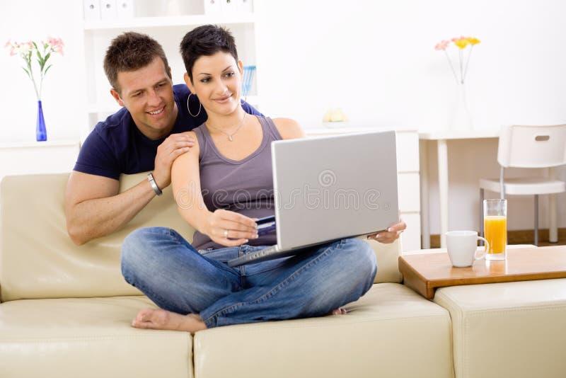Paar dat laptop computer met behulp van stock afbeelding
