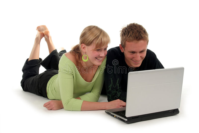 Paar dat laptop met behulp van royalty-vrije stock afbeeldingen