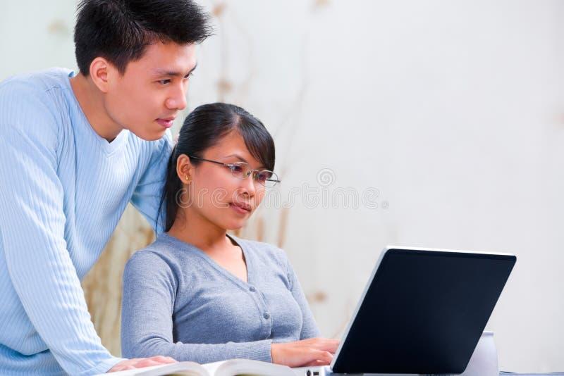 Paar dat laptop thuis met behulp van royalty-vrije stock afbeelding