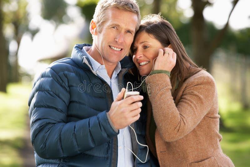 Paar dat luistert aan MP3 terwijl het Lopen stock afbeeldingen