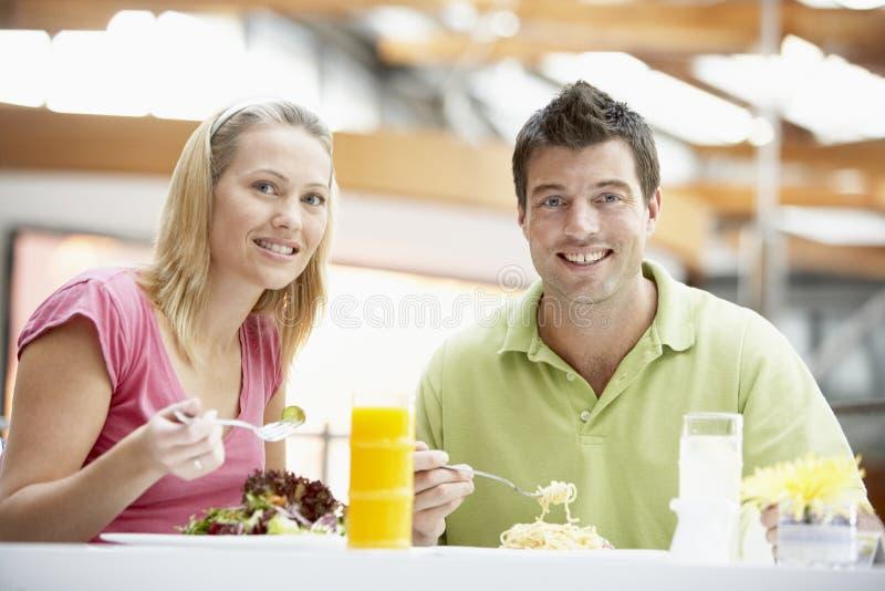 Paar dat Lunch heeft bij de Wandelgalerij stock afbeelding