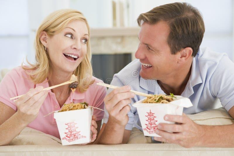Paar dat Meeneemmaaltijd, etenstijd samen eet royalty-vrije stock foto