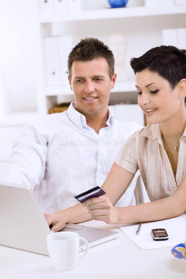 Paar dat met creditcard betaalt stock foto