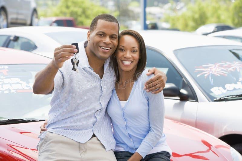 Paar dat nieuwe auto opneemt