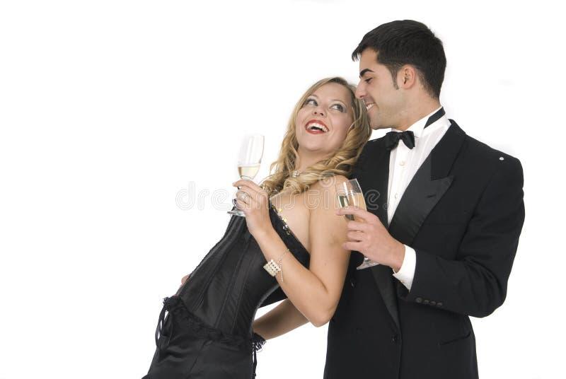 Paar dat in nieuwe jaarviering lacht stock foto