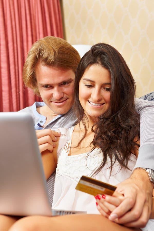 Paar dat online winkelt stock afbeeldingen
