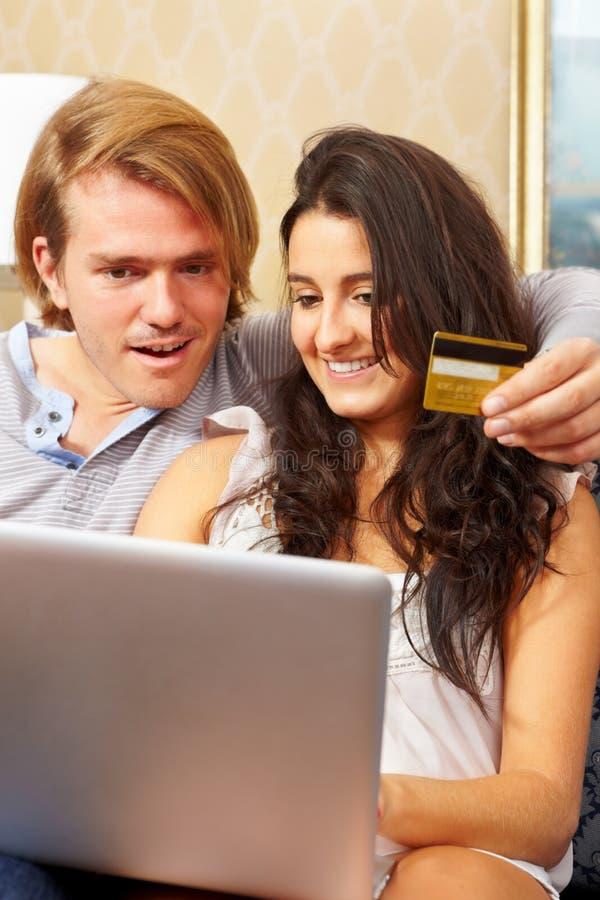 Paar dat online winkelt stock foto's