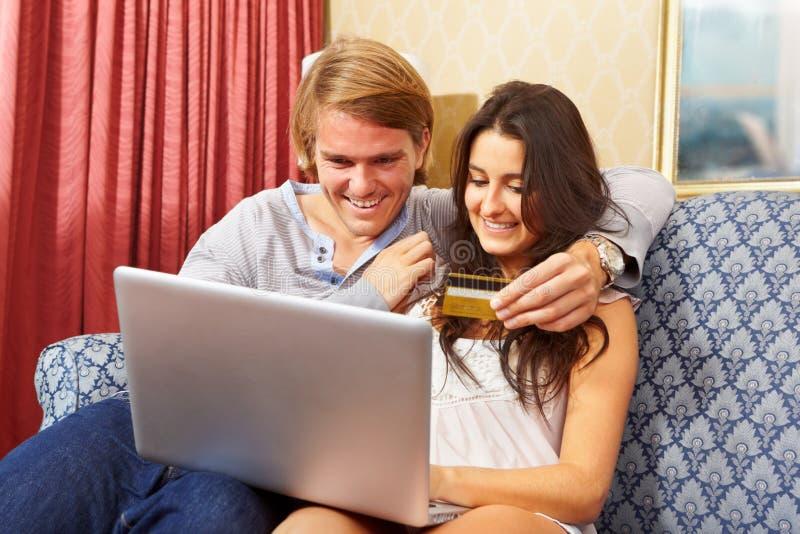Paar dat online winkelt royalty-vrije stock fotografie