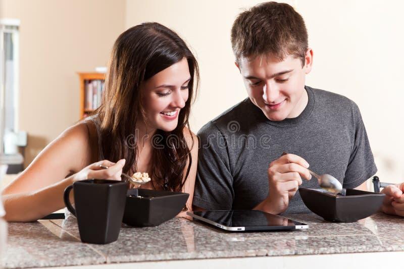 Paar dat ontbijt eet stock foto's