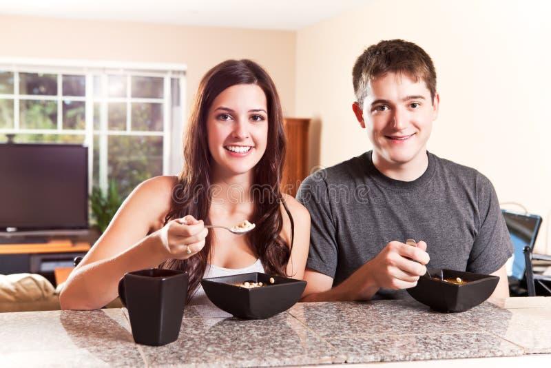 Paar dat ontbijt eet stock afbeeldingen