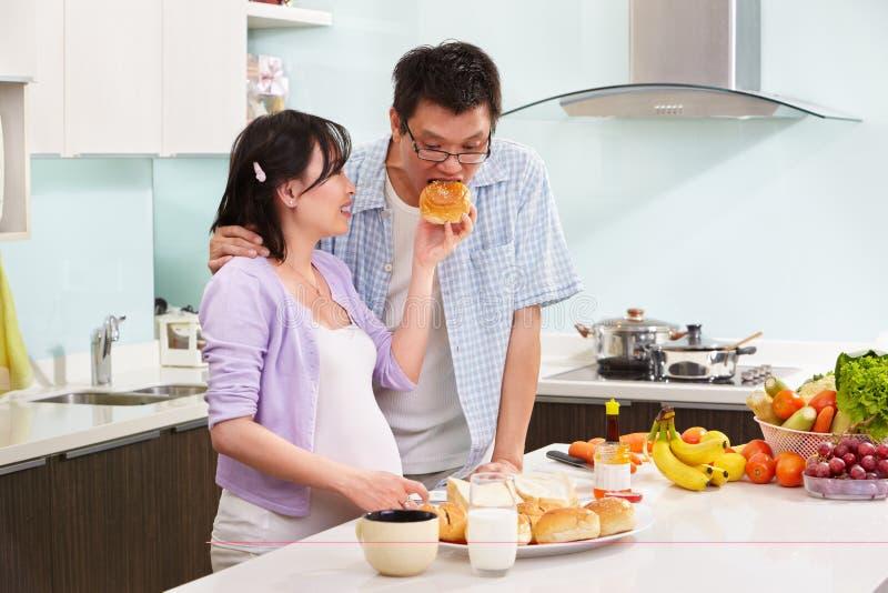 Paar dat ontbijt voorbereidt royalty-vrije stock fotografie