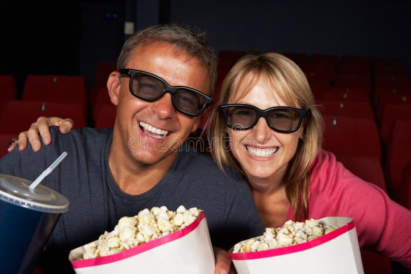 Paar dat op 3D Film in Bioskoop let royalty-vrije stock foto