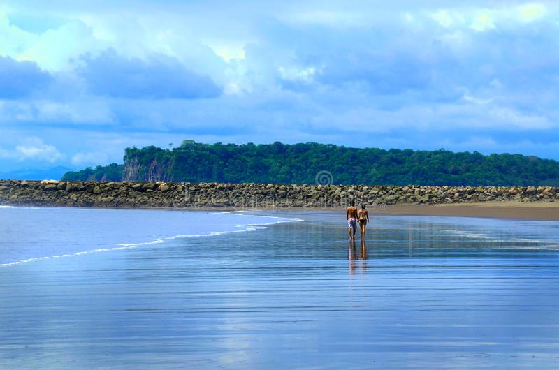 Paar dat op een Leeg Strand loopt royalty-vrije stock afbeelding