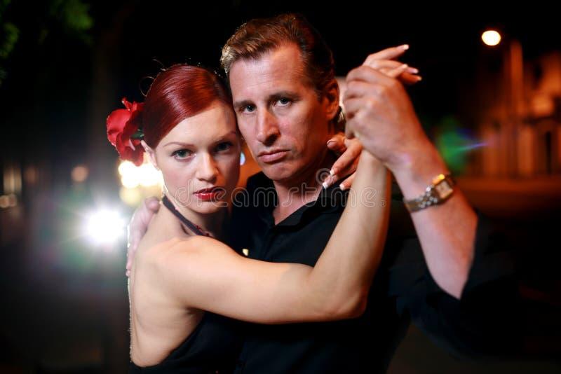 Paar dat op een straat danst royalty-vrije stock afbeelding
