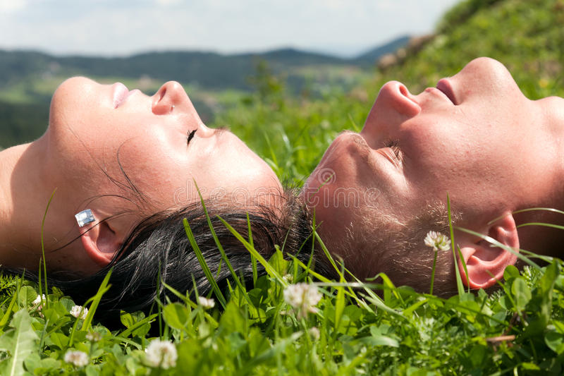 Paar dat op gras ligt royalty-vrije stock fotografie