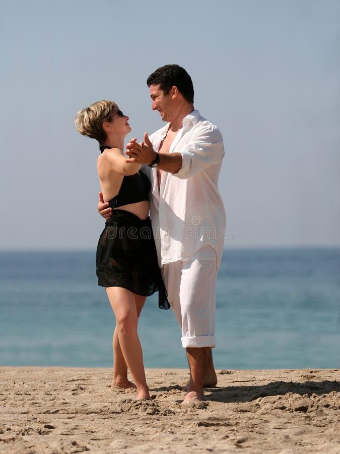 Paar dat op het strand danst stock fotografie